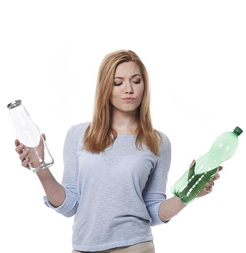 grafika przedstawiająca kobietę trzymającą odpady w postaci plastikowych butelek PET